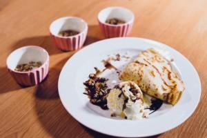 Kuhamo s Karolino : Palačinke z vaniljevo kremo ter sladoledom z bučnim oljem in sesekljanimi orehi