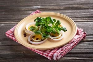 Kuhano jajce v solati z bučnim oljem
