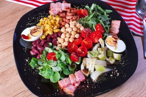 Kraljevska solata s stročnicami, jajci in pečeno panceto