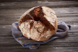 Rženi kruh z bučnicami in bučnim oljem